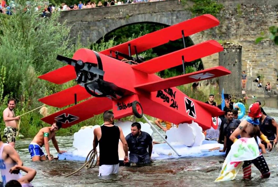 Embarcación en forma de avión descendiendo el río
