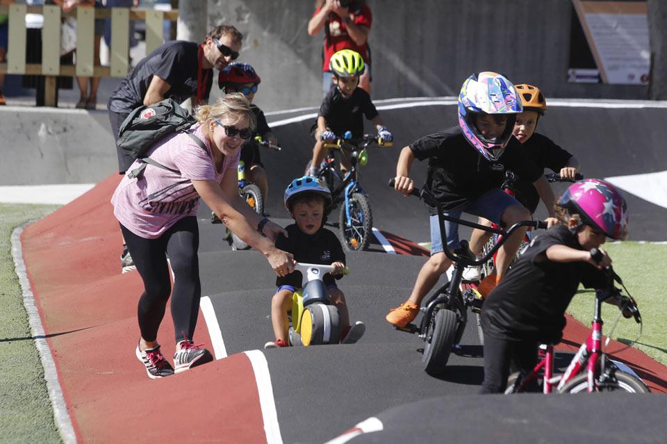 Niños en bicicleta en un pump track, Ciudad Amiga de la Infancia