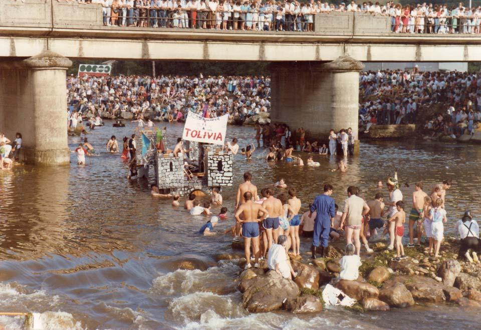 Una embarcación en el río Nalón en las primeras ediciones del DFN