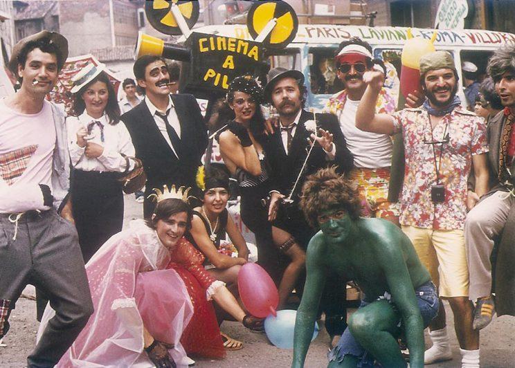 Miembros de una peña caracterizados de personajes de películas.