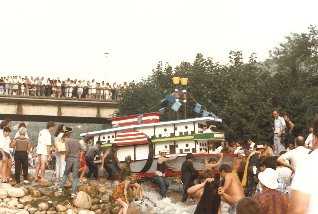 Embarcación en forma de barco del Missisiippi a su paso por el puente de la Chalana