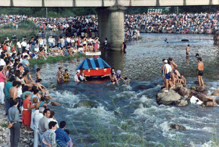 Embarcación en forma de Circo a su paso por el puente de la Chalana