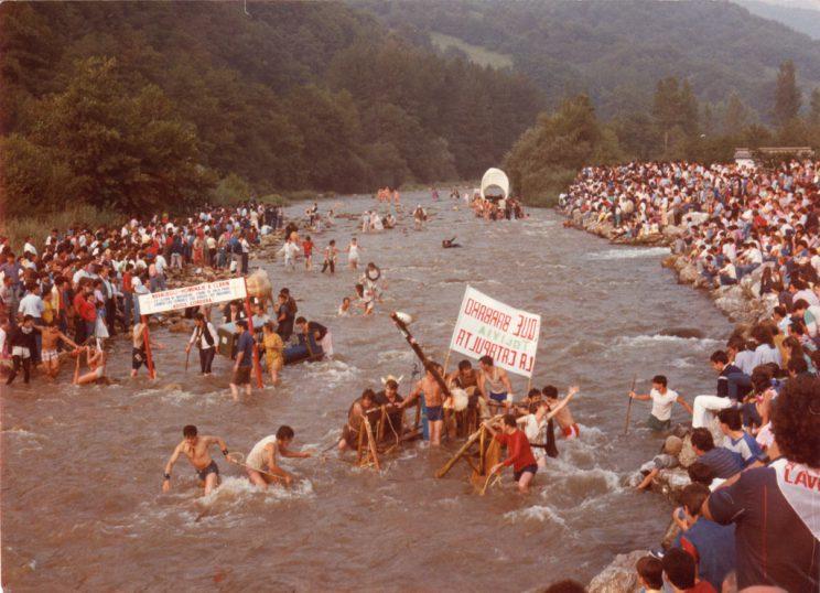 Público y embarcaciones en el río. Foto de las primeras ediciones