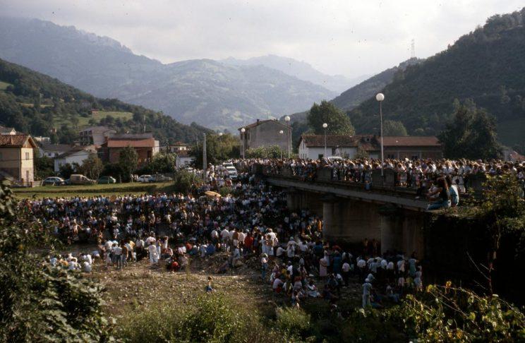 Público en el puente de La Chalana