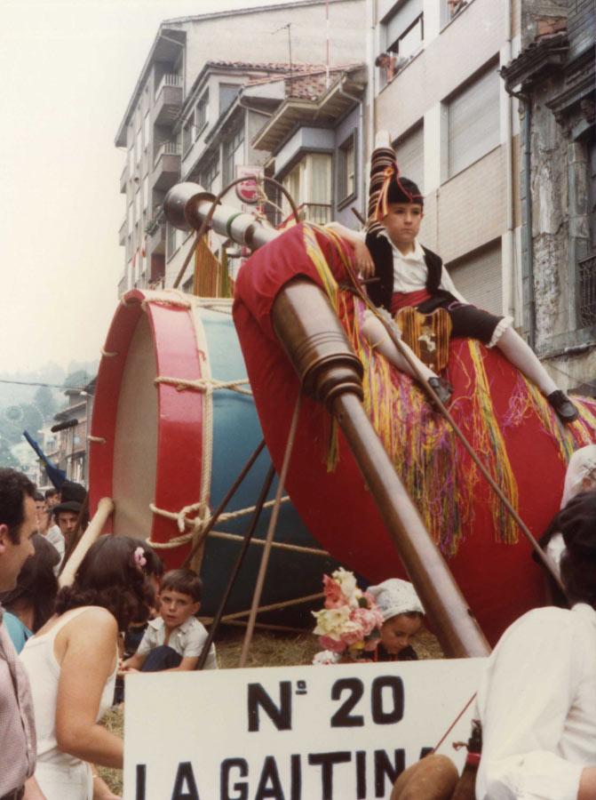 Embarcación en forma de gaita por las calles de Laviana
