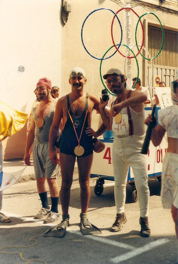 Miembros de Peña El Piles caracterizados de deportistas olímpicos