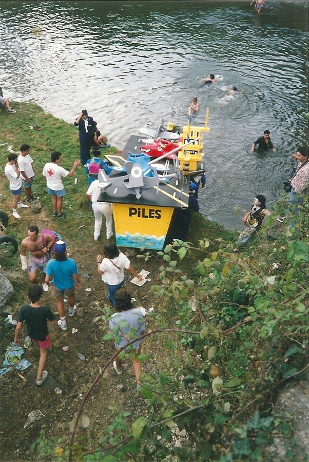 Peña El Piles con una embarcación de portaviones entrando en el río