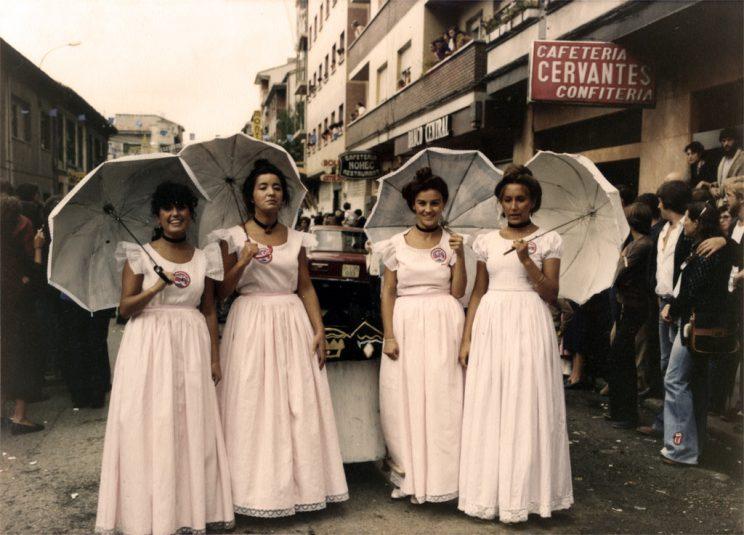 Peña les Guxarapones, caracterizadas de damas clásicas