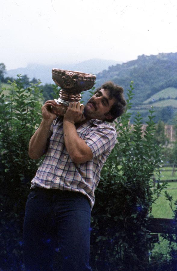 Miembro de la peña ganadora recogiendo el premio